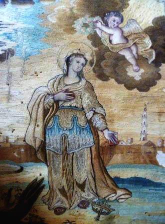 Donna in piedi con aureola e angelo che le porge una corona di fiori