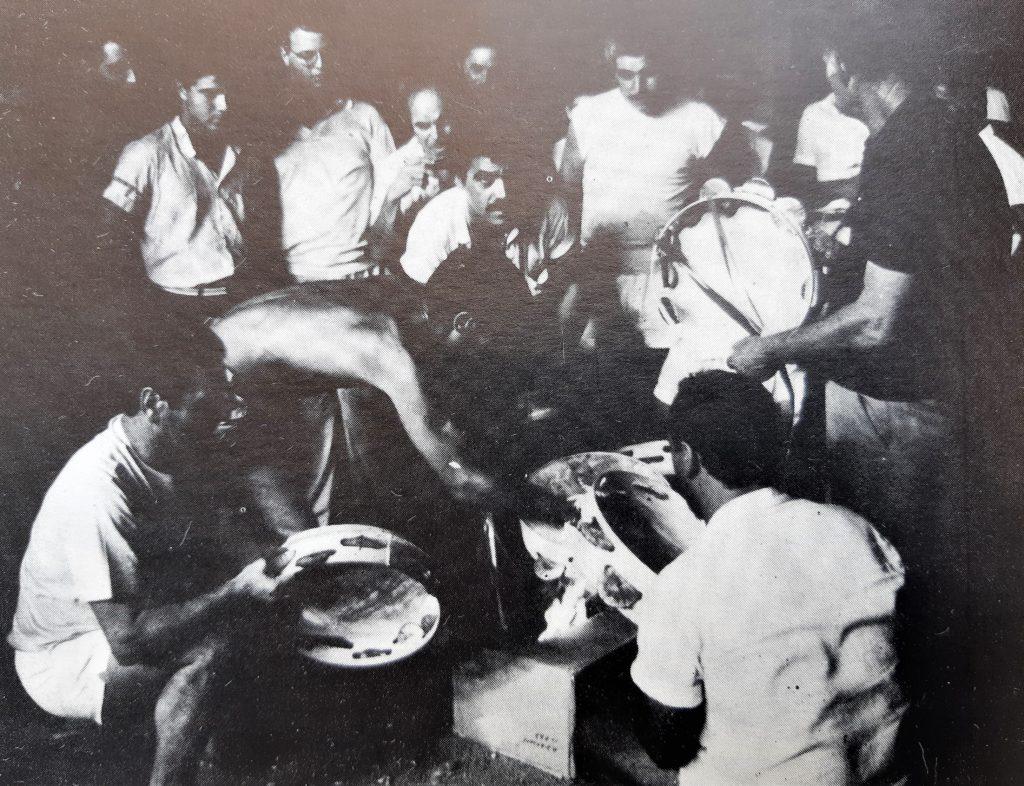 Foto in bianco e nero. Uomini suonano il tamburello nella notte di San Rocco
