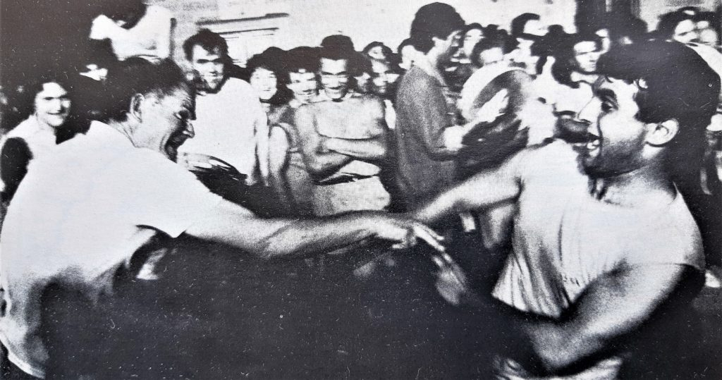 Foto in bianco e nero del 1987 con uomini che ballano la pizzica scherma simulando un combattimento