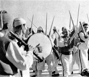 Foto in bianco e nero con uomini che suonano e danzano la ndrezzata a Ischia