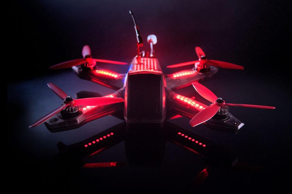 Drone rosso su sfondo nero