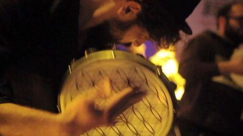 Primo piano di uomo he suola il tamburello