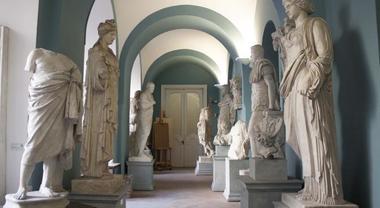Galleria con statue nell'Accademia Belle Arti Napoli
