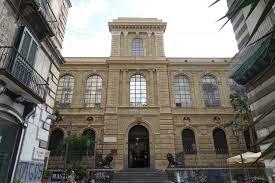 Accademia Belle Arti Napoli edificio su due piani con alte finestre ad arco, un corpo centrale di ingresso con scalinata e alto tre piani