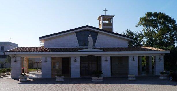 Prospetto della Santuario con portico e sulla campata centrale la statua della Madonna