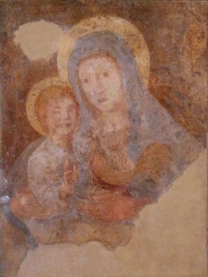Affresco di busto della Madonna e Gesù bambino nell'atto di benedire, sulla mano sinistra della Madonna è posato un gallo.