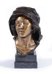 Testa di donna con orecchini e copricapo in bronzo