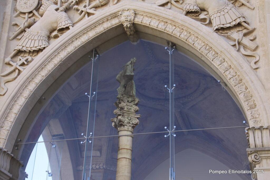 La colonna di Sant'Oronzo riflessa sulla vetrata del Sedile