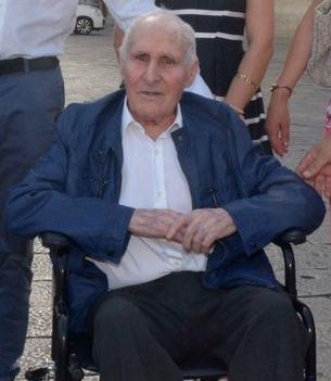 uomo anziano stempiato su sedia a rotelle