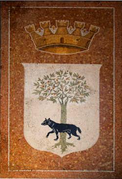 mosaico dello stemma cittadino con lupa passante davanti ad un albero di leccio sopra lo stemma campeggia la corona turrita