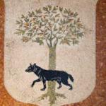mosaico dello stemma cittadino con lupa passante davanti ad un albero di leccio (particolare)