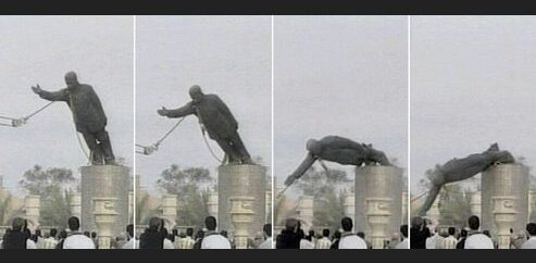 Quattro fasi di diroccamento di statua di uomo dal piedistallo con fune