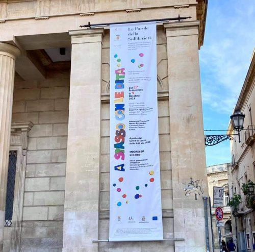 Striscione pubblicitario evento affisso su edificio storico