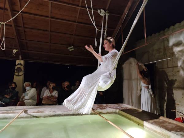 donna con abito bianco dondola su altalena